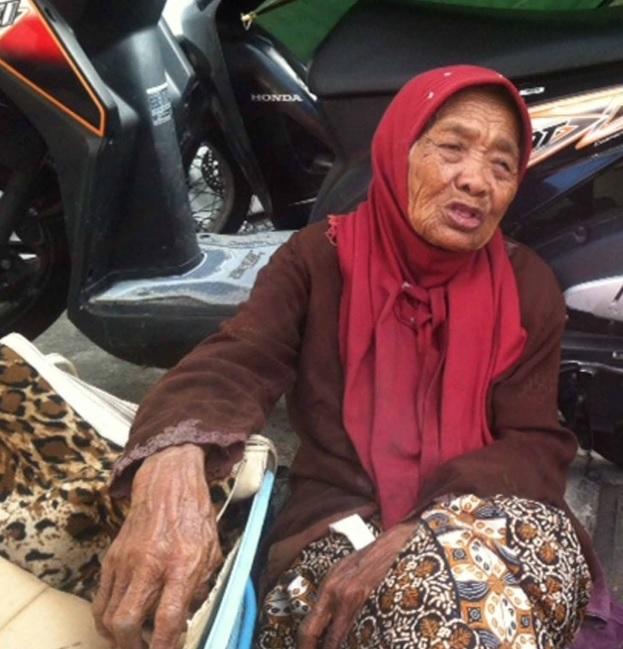 Kisah Nenek 109 Tahun yang Menjual Kacang di Stasiun Tugu Yogya Demi Sesuap Nasi
